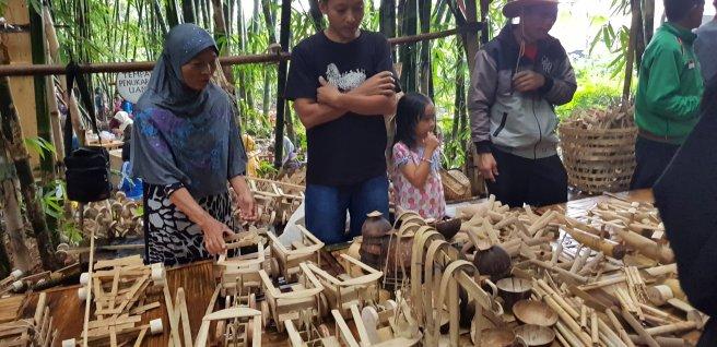 Pedagang mainan bambu